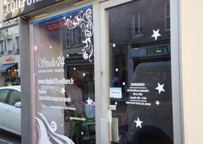 Nettoyage de la vitrie d'un salon de coiffure